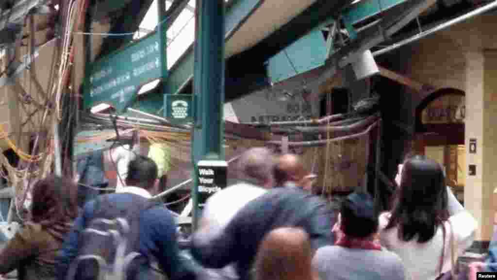 Пасажири дивляться на місце аварії