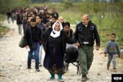 Мигранты с Ближнего Востока на границе между Грецией и Македонией. Сентябрь 2015 года