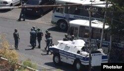 Қарулы топ басып алған полиция ғимаратының жанында тұрған арнайы жасақ жауынгерлері. Ереван, 17 шілде 2016 жыл.