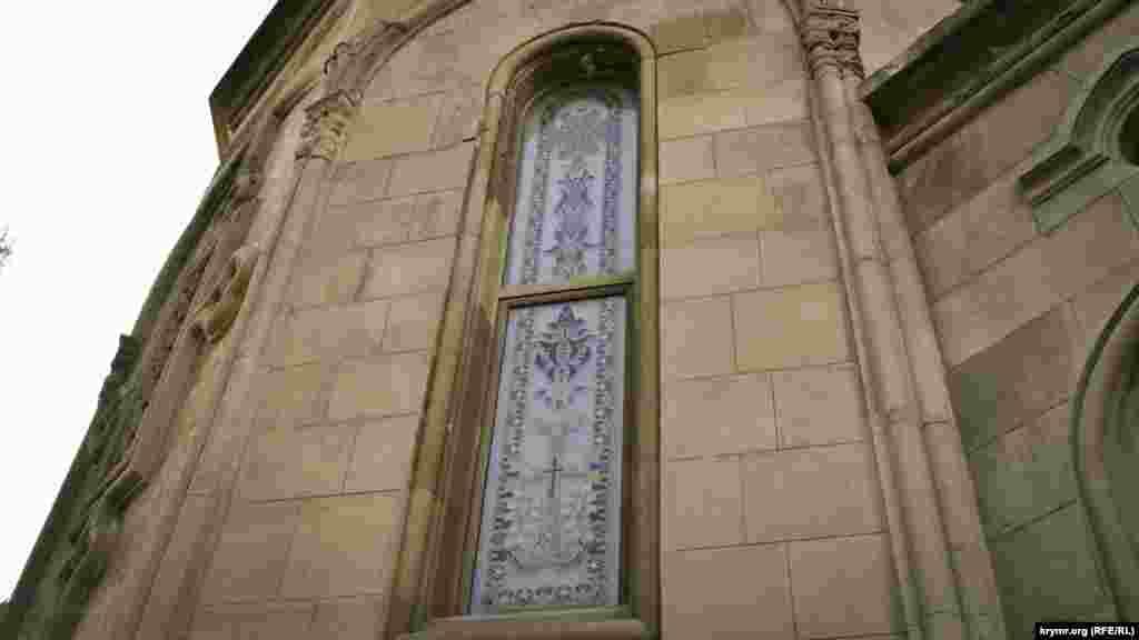 Главное помещение храма выстроено в форме креста. Здание оборудовано готическими окнами с цветными витражами, а наружные стены украшены резьбой