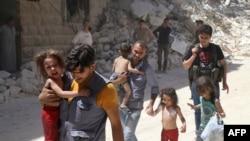 Алеппо түбіндегі Әл-Машхад қаласында бомбалаудан соң балаларын жетектеп кетіп юара жатқан сириялықтар. Сирия, 25 шілде 2016 жыл.