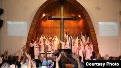 مراسم دعا در کلیسای جماعت ربانی، عکس تزئینی است