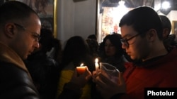 Armenia - Worshipers light candles during a Christmas Eve service at a church in Yerevan, 5Jan2018.