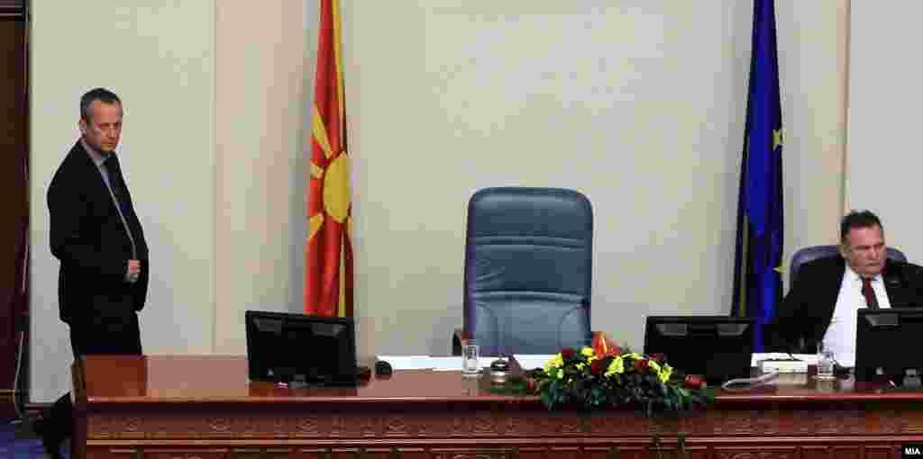 МАКЕДОНИЈА - На 27 април минатата година, нешто по 18 часот, кога заврши седницата, тогашниот претседавач со собраниската седница Трајко Вељаноски му испраќа СМС на шефот на неговото обезбедување Горан Ѓошевски со содржина Кажи им да влезат двајца внатре и да не им дозволат да седнат на моето место. Овие пораки, кои се дел од вештачењето на телефонот на Трајко Вељаноски, беа претставени како докази на судењето за насилствата на 27 април.