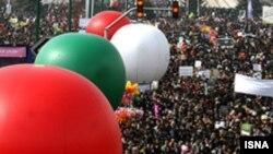 شرکت کنندگان در راهپیمایی روز ۲۲ بهمن شعارهایی علیه آمریکا و اسراییل سر دادند.(عکس: ایسنا)