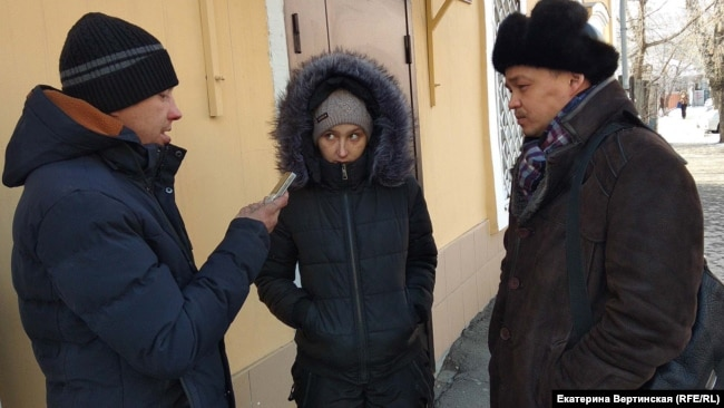 Антон Фролов и Марина Усимова (брат и сестра Сергея Стручинского) и правозащитник Святослав Хроменков
