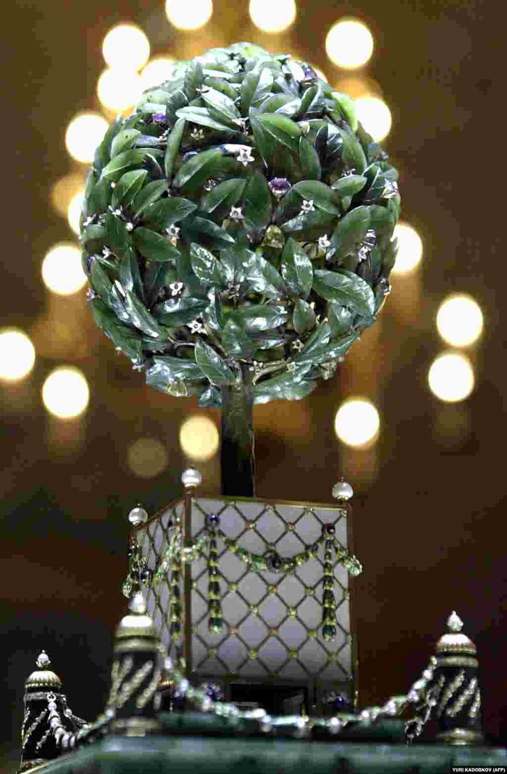 """კვერცხი სახელად """"დაფნის ხე"""" კარლ ფაბერჟემ 1911 წელს დაამზადა. ნაყოფის ფუნქციას ამ ხეზე ბრილიანტები ასრულებენ. ერთ-ერთი მათგანის მეშვეობით მოქმედებას იწყებს მექანიზმი, რომელიც """"აცოცხლებს"""" კვერცხის გულში მოთავსებულ სიურპრიზს - პაწაწინა ჩიტს: ჩიტი ხის კენწეროდან """"ცაში"""" აფრინდება, ფრთებს იქნევს და ჭიჭკჭიკს იწყებს."""