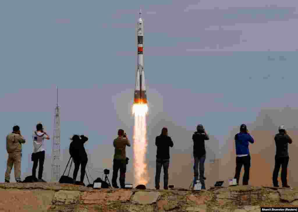 Запуск ракети «Союз» з двома росіянами і двома американцями в 2017 році. Тепер навіть іноземці можуть спостерігати за запуском ракети, щоправда, з відстані в кілометр