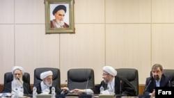 بنابر گزارشها، حسن روحانی و علی لاریجانی، رئیس جمهور و رئیس مجلس، از غایبان جلسه روز شنبه بودند