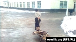 Ученик школы №1 в Самарканде везет на тележке металлолом.