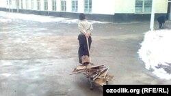 В Узбекистане сбором металлолома в основном занимаются школьники.