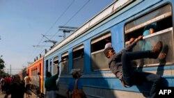 Мігранты сядаюць у цягнік у спробе праз Македонію і Сэрбію праехаць у эўразьвязаўскую Вугоршчыну.