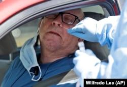 Тестирование на коронавирус во Флориде в специальном пункте для автомобилистов в Майами