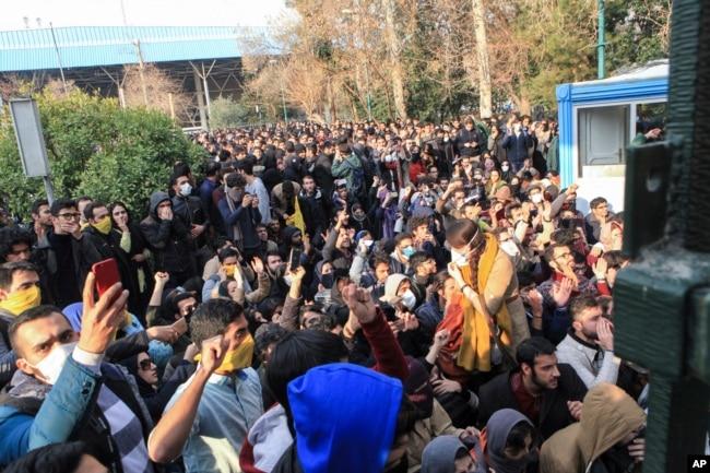 دانشجویان محصور در دانشگاه تهران در دی ماه ۹۶؛ پلیس تلاش داشت از پیوستن آنها به معترضان در خیابان انقلاب جلوگیری کند.
