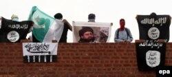 """Кашмирлик мусулман протестчилер """"Ислам мамлекети"""" тобунун (солдон оңго), Пакистандын, """"Лашкар-и-Тойба"""" группасынын желектерин жана ИМдин ана башы Абу Бакр Багдадинин сүрөтүн кармап турушат. Шринагар шаарындагы жаами мечит. 21-август"""