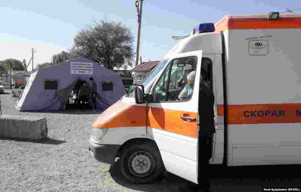 МЧС Кыргызстана на границе развернуло палатки, обеспечивает стоящих на границе горячим питанием. На дежурстве здесь стоят несколько бригад скорой помощи.