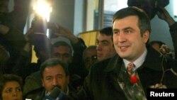 Михаил Саакашвили голосует на президентских выборах, будучи кандидатом в президенты. Тбилиси, 4 января 2004 года.
