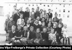 Вайра Віке-Фрэйбэрга зь іншымі вучнямі ў пачатковай школе. Лягер для ўцекачоў у Любэку, Нямеччына, 1949 год