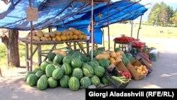 Небывалый урожай фруктов вкупе со слухами о возможном эмбарго со стороны России обвалили цены на фрукты, что улучшило средний показатель инфляции