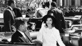 Жон Фицджеральд Кеннединин атасыЖозеф Кеннеди (солдо экинчи) менен энесиРоуз (солдонүчүнчү) 1938-жылы Лондондо балдарыменен түшкөн сүрөт. Солдон оңго: Кэтлин, Эдвард (Тед), Патриция, Жин жана Роберт.