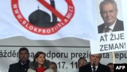 Мілош Земан виступає на антиісламському мітингу у Празі, фото 17 листопада 2015 року