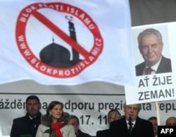 Мілош Земан виступає з ксенофобською промовою на зібранні з участю «Блоку проти ісламу» 17 листопада 2015 року, на 26-у річницю Оксамитової революції