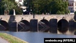 Гэты каменны мост над Атавай - самы старажытны з тых, што захаваліся ў Чэхіі. Так, старажытнейшы за Карлавы мост у Празе