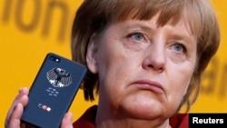 Ангела Меркель со смартфоном BlackBerry Z10 в руках, которым она пользуется для правительственной связи