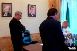 Глава Республики Коми Вячеслав Гайзер (слева) во время проведения обысков в его рабочем кабинете. Сентябрь 2015 года