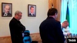 Глава Республики Коми Вячеслав Гайзер (слева) во время проведения обысков в его рабочем кабинете