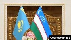 Государственные флаги Узбекистана (справа) и Казахстана.