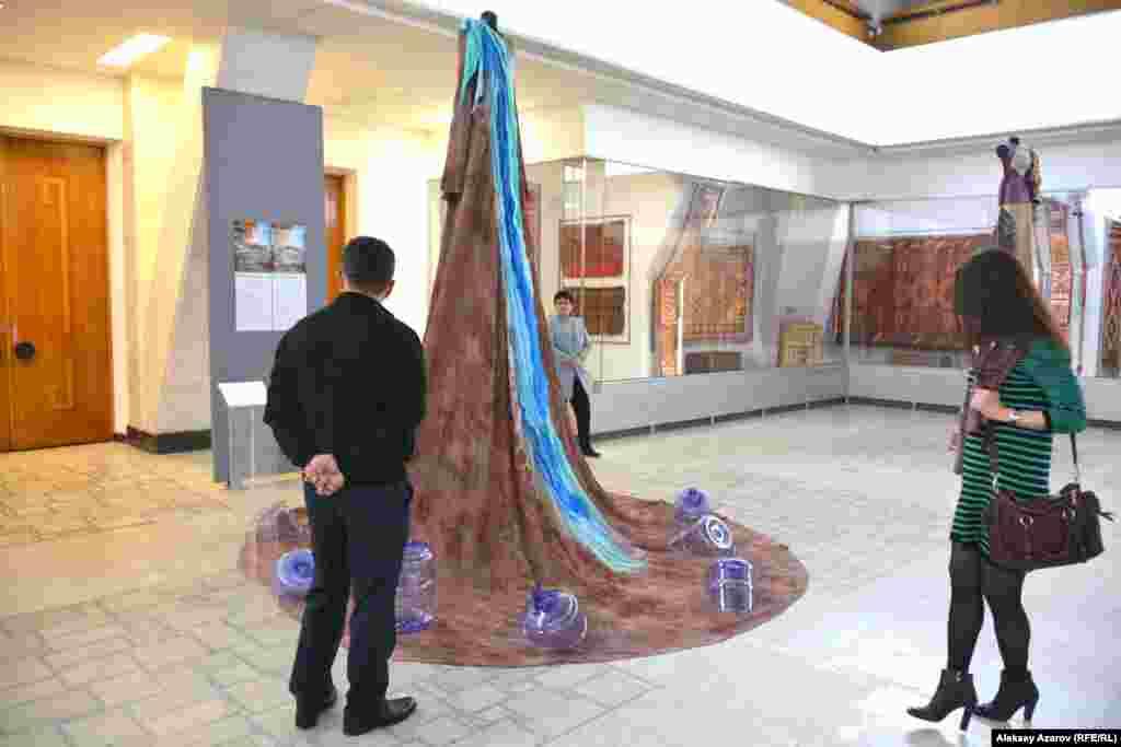 Платье «Арал, прости» обращает внимание на проблему исчезновения Аральского моря. Путем обработки шелка специальными красками, произведению придали эффект выжженной земли. На ткань нанесены изображения человеческих кистей. Это символизирует попытки спасти Арал.