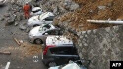 На месцы, дзе абрынулася сьцяна, ў горадзе Міто ў прэфэктуры Ібаракі. 11 сакавіка 2011 г.