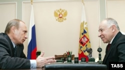 Russian President Vladimir Putin (left) meets with Daghestan's President Mukhu Aliyev in Novo-Ogaryovo in March 2007.