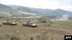 نبرد بين واحدهای ارتش گرجستان و جدايی طلبان اوستيای جنوبی که از حمايت روسيه برخوردارند، ادامه دارد عکس از تلویزیون روسیه