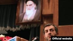 اسفنديار رحيم مشايى، رييس دفتر محمود احمدى نژاد، رييس جمهور ايران در ماه هاى اخير به دليل اظهارنظرهاى خود هدف انتقادهاى شديد اصولگرايان بوده است.