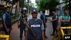 Полиция в Дакке на месте очередного нападения у кафе 1 июля (архивный снимок)