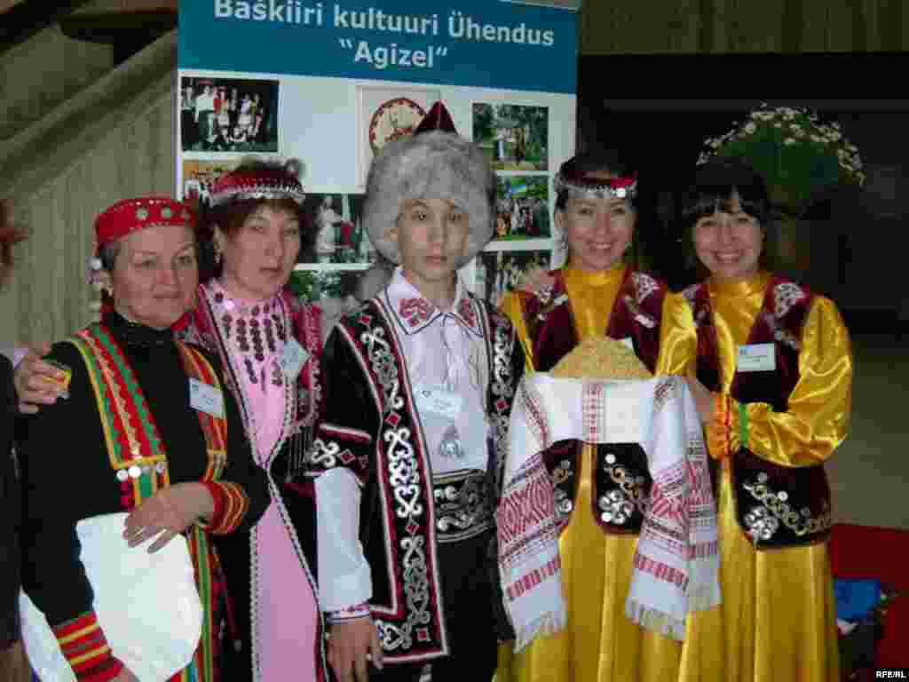Эстониядән килгән вәкиллекнең бер өлеше
