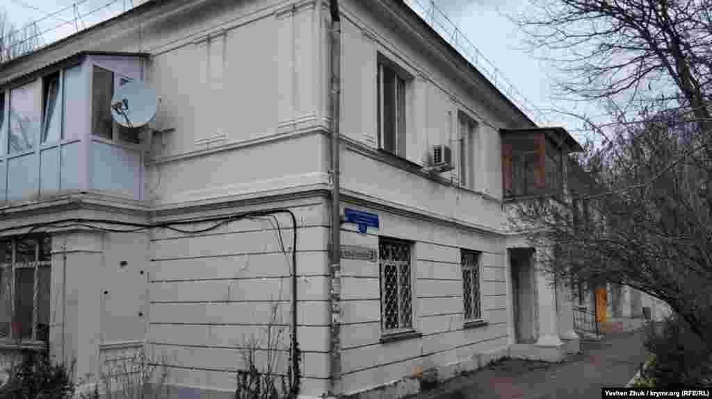 За сотню метрів на схід від 41-го будинку, фасадом на Малахов курган виходить будинок № 31 на вулиці Героїв Севастополя – на колишньому Малаховському проспекті. Двоповерховий житловий будинок зведений у 1938 році