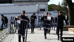 Жарылыс болған аумақта жүрген полицейлер. Стамбул, 12 қаңтар 2016 жыл.
