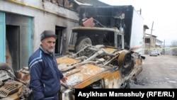 Житель села Ынтымак Адильжан Хасанов стоит у своего дома, грузовика и легкового автомобиля, которые, по его словам, во время событий 5 февраля были подожжены первыми. Говорит, что члены его семьи в это время оставались дома.