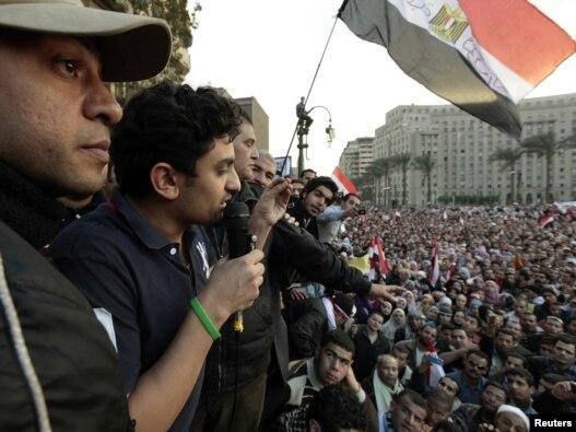 سخنرانی وائل غنیم از رهبران معترضان مصری در میدان تحریر قاهره