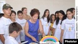 Մարի Յովանովիչը հայ-թուրք-ամերիկյան ամառային ճամբարի հայ մասնակիցների հետ: