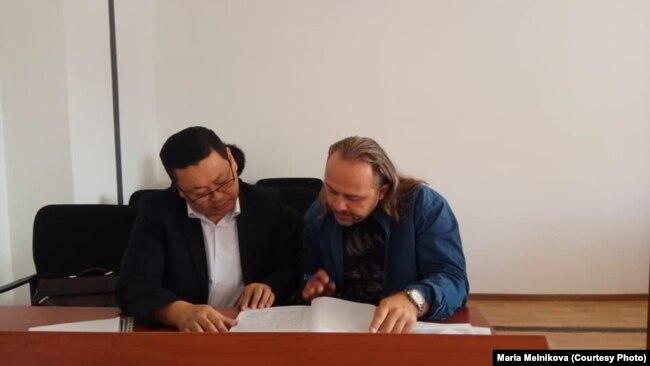 Украинский журналист Александр Гороховский (справа) на заседании административного суда. Уральск, 17 сентября 2018 года.
