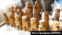 Шахматы с фигурками героев удегейских сказок