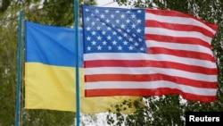 Ուկրաինայի և Միացյալ Նահանգների դրոշները