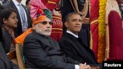 هند: د هند لومړی وزیر نرېندر مودي او د امریکا ولسمشر براک اوباما په نوي ډيلي کې د هند جمهوریه ورځ پرېډ ننداره کوي. د جنورۍ ۲۶مه ۲۰۱۵م کال