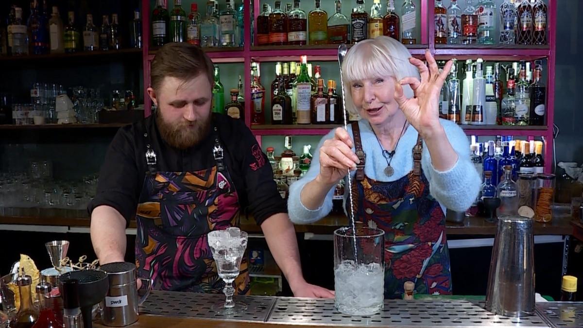 Как Люба в 69 лет стала стажеркою за барной стойкой – видео