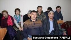 Гражданский активист Айдын Егеубаев (в центре) в суде. Астана, 18 октября 2017 года.