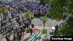 Оппозиция сумела в последний день осени создать немалое напряжение в обществе и поставить власть в непростое положение